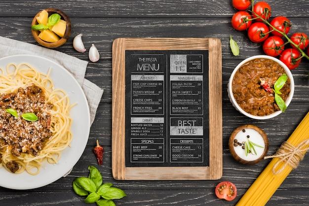 トップビューの野菜とパスタの配置