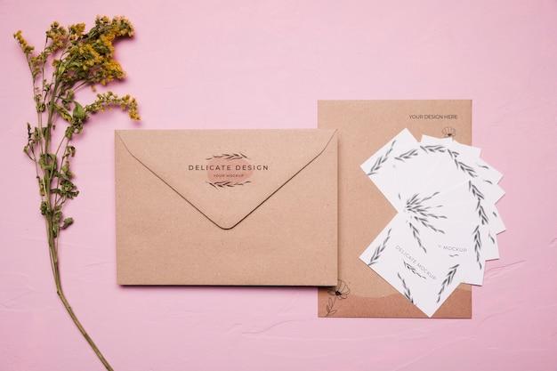花と繊細なデザインの封筒