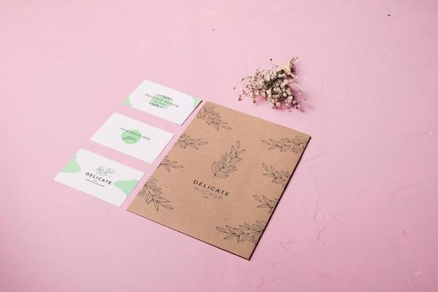 Высокий угол конверта на розовом фоне