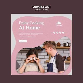 自宅の正方形のチラシで料理を楽しむ