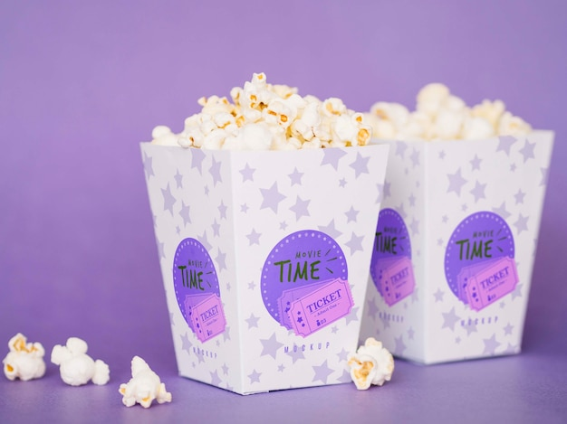 Вид спереди попкорна кино в чашках