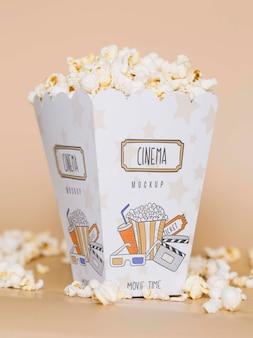 Вид спереди попкорна кино в чашке