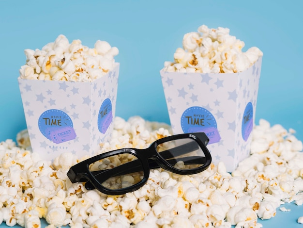 Высокий угол попкорна в очках