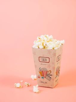 Высокий угол чашки попкорна для кино