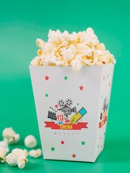 Вид спереди чашки попкорна