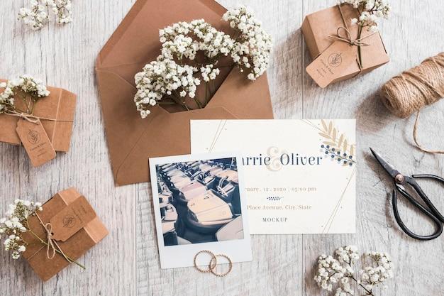 Вид сверху на свадебные канцтовары с макетом