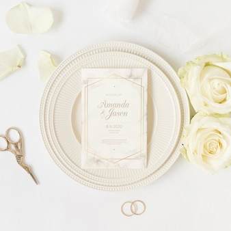 Вид сверху элегантное свадебное приглашение с макетом