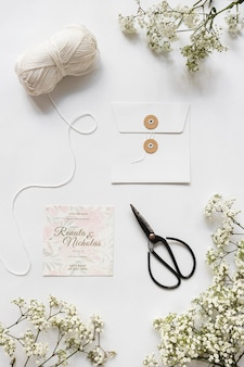Вид сверху канцелярские свадебные приглашения с макетом