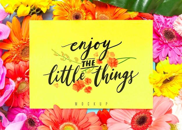やる気を起こさせるメッセージ付きの花のモックアップ