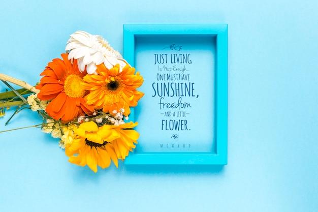 やる気を起こさせるテキストと花のモックアップ