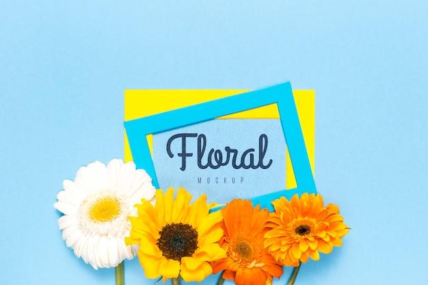 カラフルなヒナギクと花のモックアップ