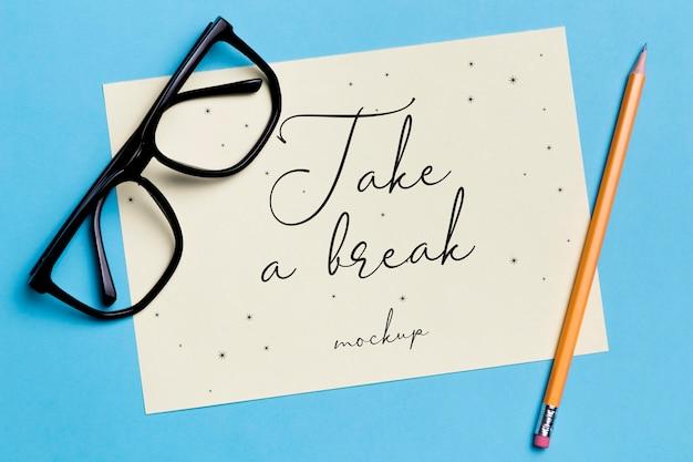 トップビュー文房具眼鏡とモックアップ付き鉛筆