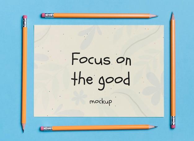 モックアップと鉛筆で囲まれたトップビュー紙
