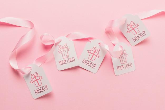 ピンクのリボンで誕生日プレゼントのタグのモックアップ