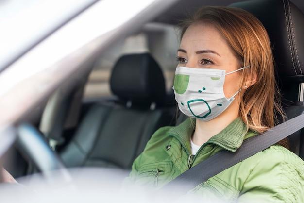 Женщина с медицинской маской концепции макета
