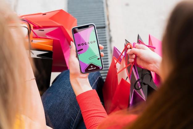 Макро женщина, держащая смартфон