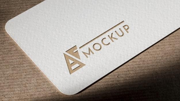 茶色の背景にブランドのアイデンティティのビジネスカードのモックアップ