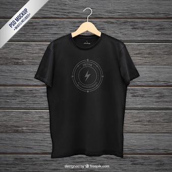 Черная футболка макет