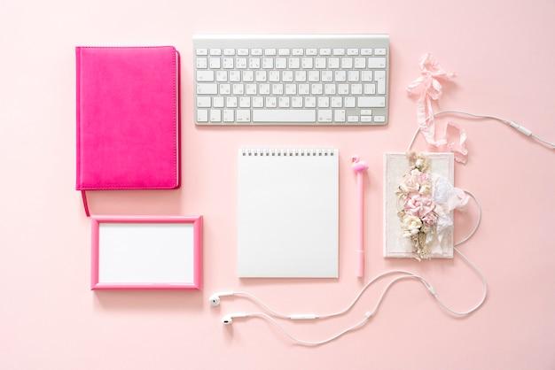 ブロガーの女の子のデスクトップ。モックアップ。ピンクフレーム