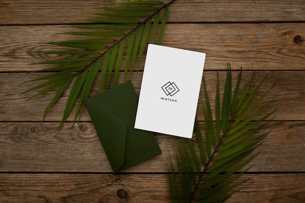 紙の封筒デザインのモックアップ