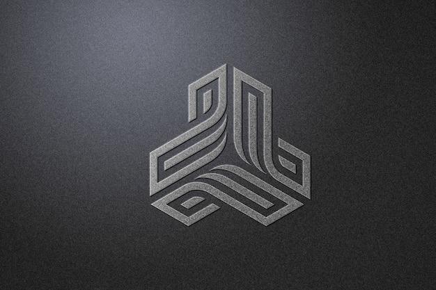 黒い紙を使った銀色のロゴのモックアップ