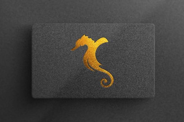 Золотой макет логотипа на черной визитке