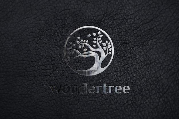 黒革の質感にシルバーモックアップロゴ