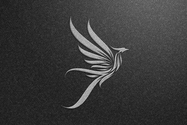 黒い布にフェニックスのロゴモックアップ-シルバーのロゴモックアップ