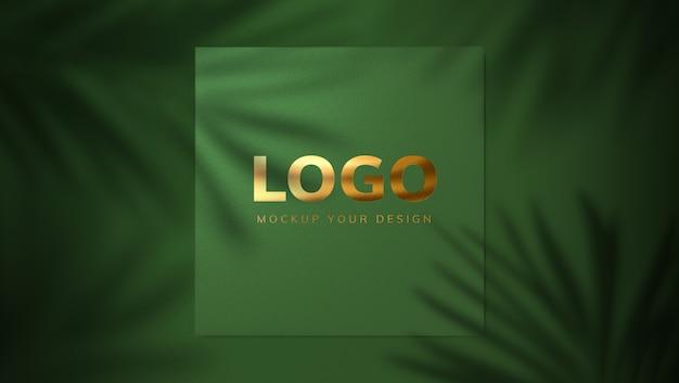 影の葉とゴールドのロゴモックアップデザイン