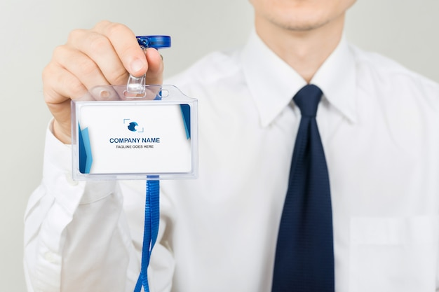 Мужчина держит макет удостоверения личности