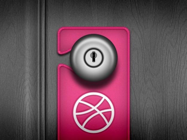 ドアは家にピンクのハンドル