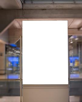 ブランクの看板ポスターのモックアップ画像と広告のための空港ターミナル駅につながった