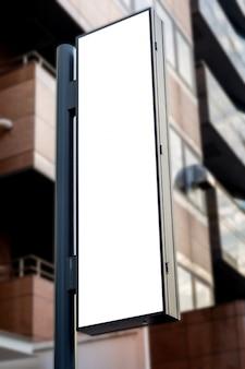 ブランクの看板の白いスクリーンポスターのポスターと広告のためのホテルの前に導かれたモックアップ画像