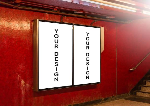 ブランクの看板の白い画面ポスターのモックアップ画像と広告のための地下鉄の駅につながった