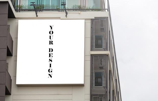 Макет изображения пустой рекламный щит белый экран плакаты и привели за пределами здания