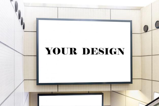 Макет изображения пустой рекламный щит белый экран плакаты и привел в метро