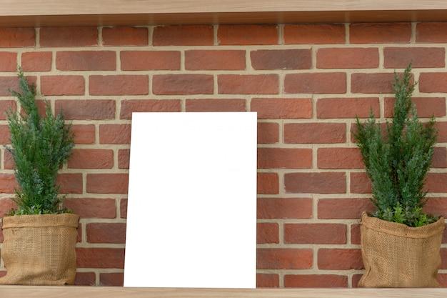 Макет пустых рамок для фотографий на полке в кофейне