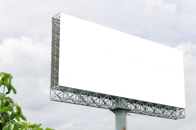広告のための白い雲空とブランクの看板白いスクリーンポスターのモックアップ画像