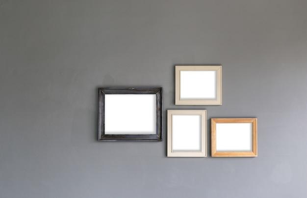 あなたのデザインのための壁に空白のフォトフレームのグループ