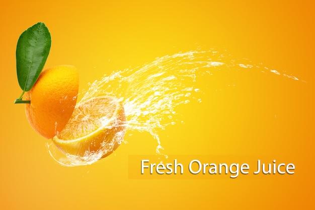 Вода брызгая на отрезанном апельсине над оранжевой предпосылкой.