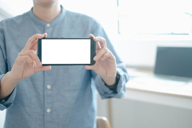 オフィスでのスマートフォンデザインビルディングプロジェクトを示すエンジニアのモックアップ
