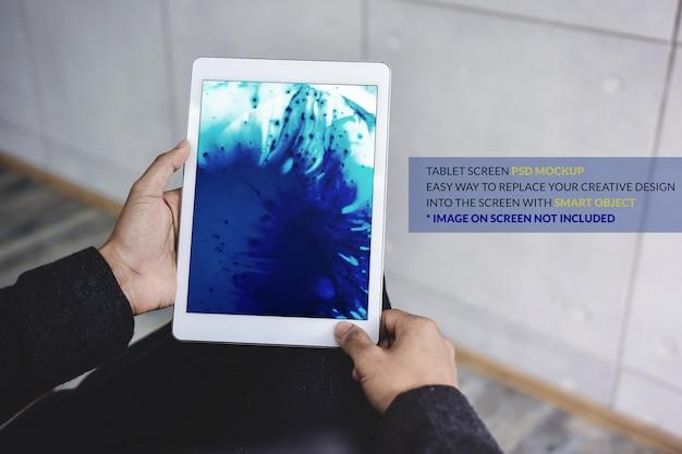 タブレットモックアップイメージ。デジタルタブレットの画面テンプレートを手に