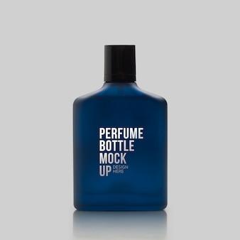 反射のモックアップと香水の暗い青色のボトル