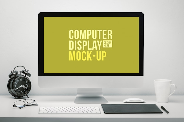 Стильное рабочее пространство с пустым экраном компьютера для макета на рабочем столе с клавиатурой, мышью, чашкой кофе, часами, очками и планшетом
