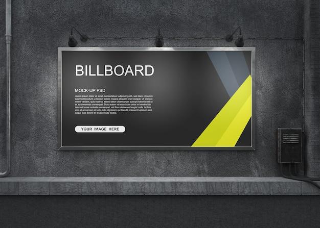 Макет рекламного щита на старой бетонной стене