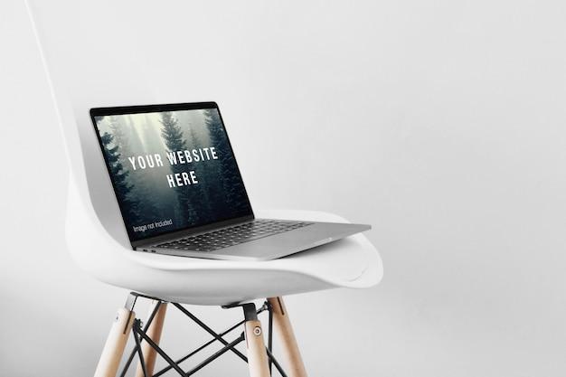 ノートパソコン画面のモックアップ