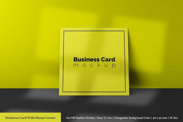 Минимальная однотонная квадратная текстурированная бумажная визитка с острым угловым макетом