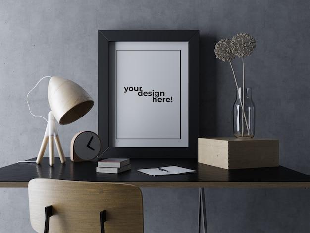 黒のエレガントなインテリアワークスペースで机の上に座っているプレミアムシングルポスターフレームモックアップデザインテンプレート