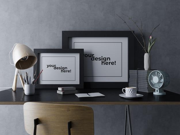 モダンなデザイナーのワークスペースでテーブルの上に座っている遺物ダブルアートワークフレームモックアップデザインテンプレート