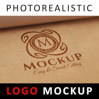 ロゴモックアップ - クラフト紙に赤いロゴが印刷されています
